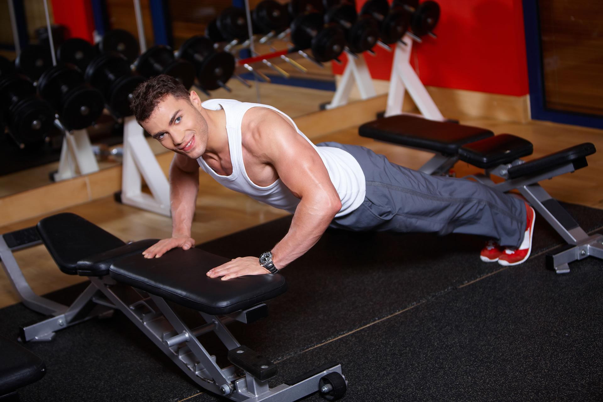 Entrenador personal en el gimnasio